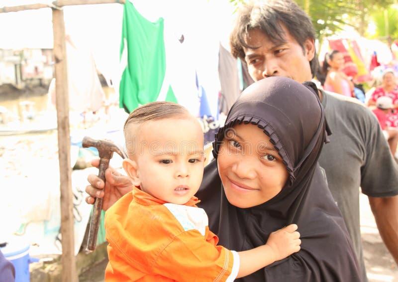Bambino indonesiano con la mummia ed il papà fotografia stock libera da diritti