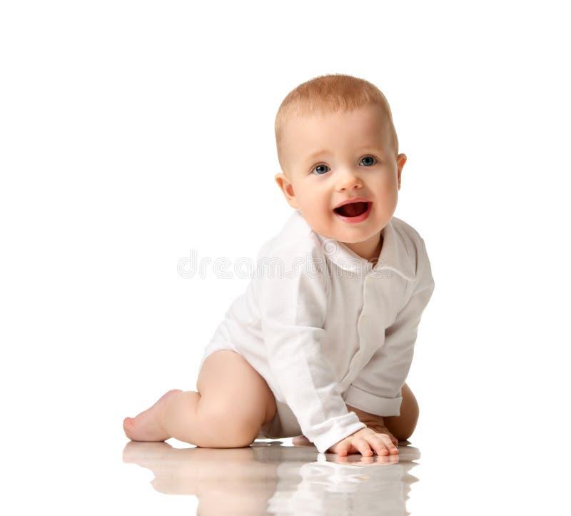 Bambino infantile del neonato del bambino che si siede in camicia di polo fotografia stock