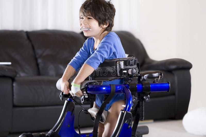 Bambino invalido in camminatore immagini stock