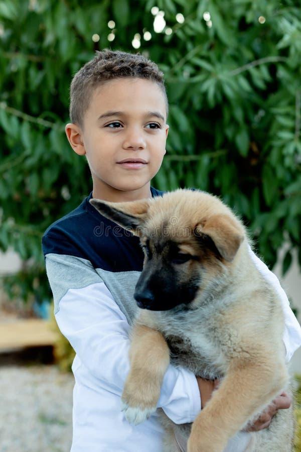 Bambino latino con il suo cane fotografie stock