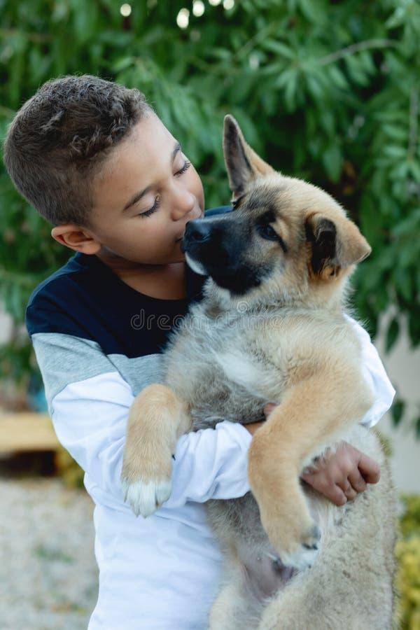 Bambino latino con il suo cane immagini stock libere da diritti