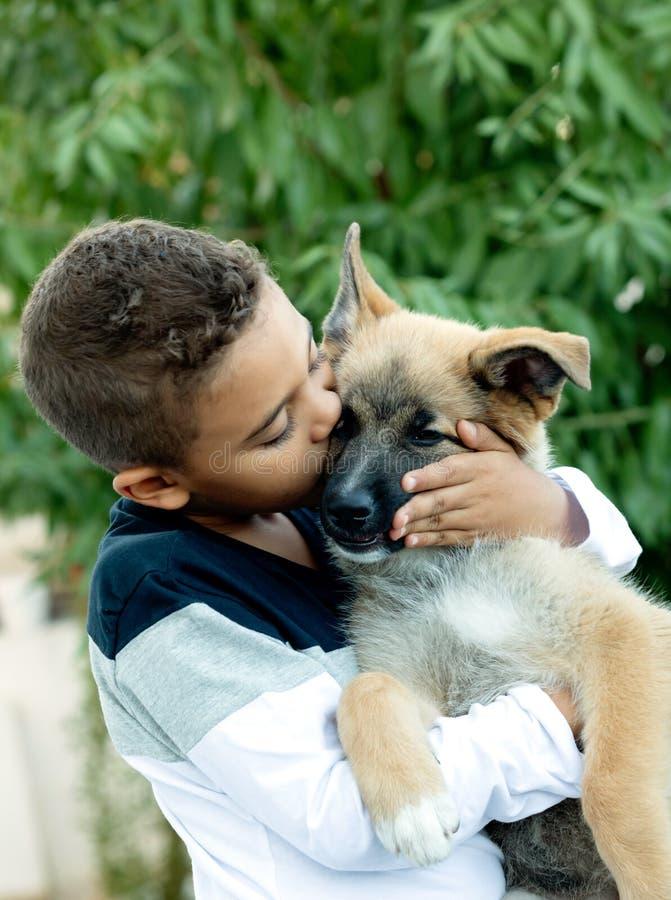 Bambino latino con il suo cane fotografia stock