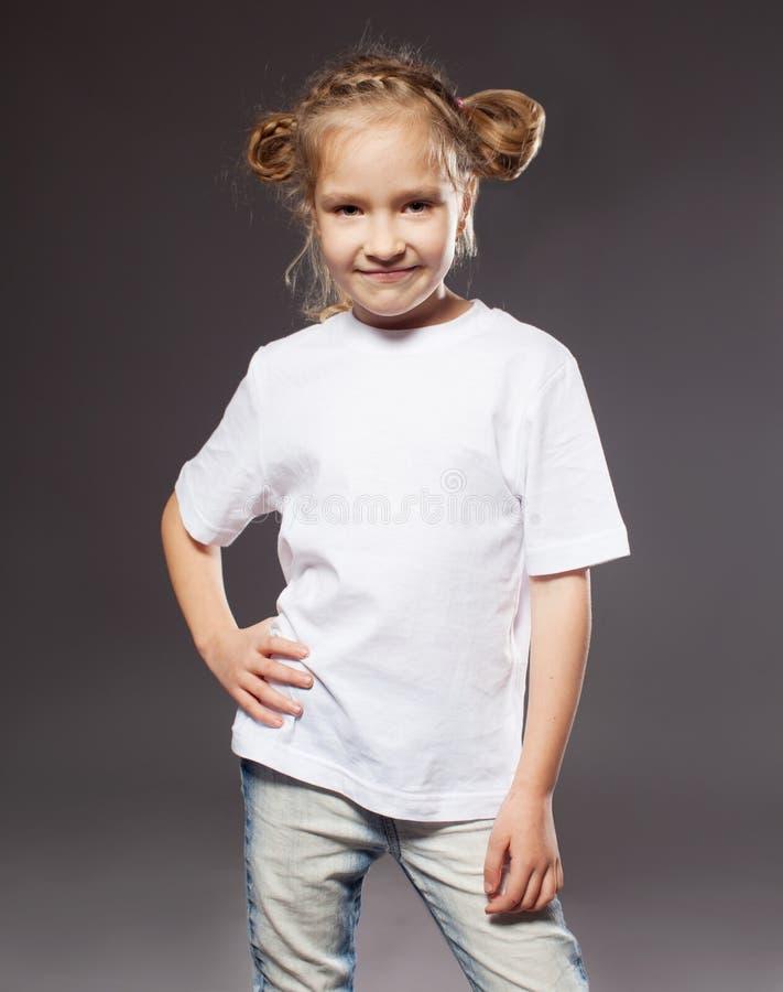 Bambino in maglietta bianca fotografie stock libere da diritti