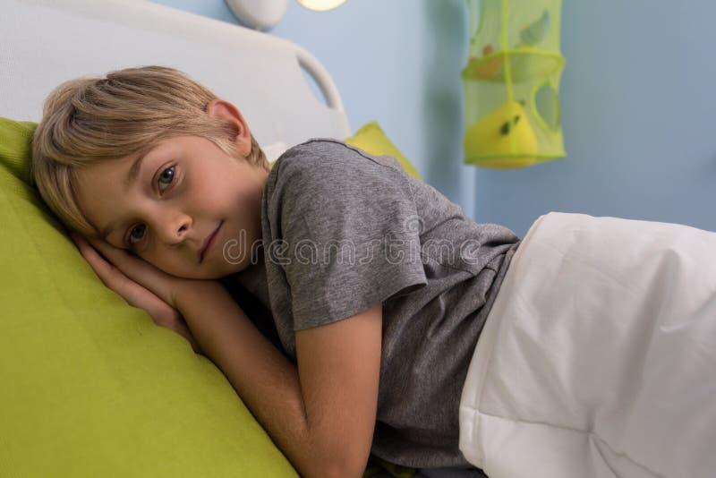 Bambino malato che si trova nel letto di ospedale immagine stock immagine di interno cute - Letto che si chiude ...