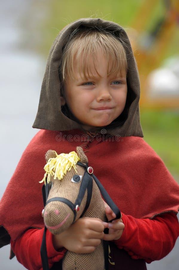 Bambino medievale con un cavallo del giocattolo immagine stock libera da diritti