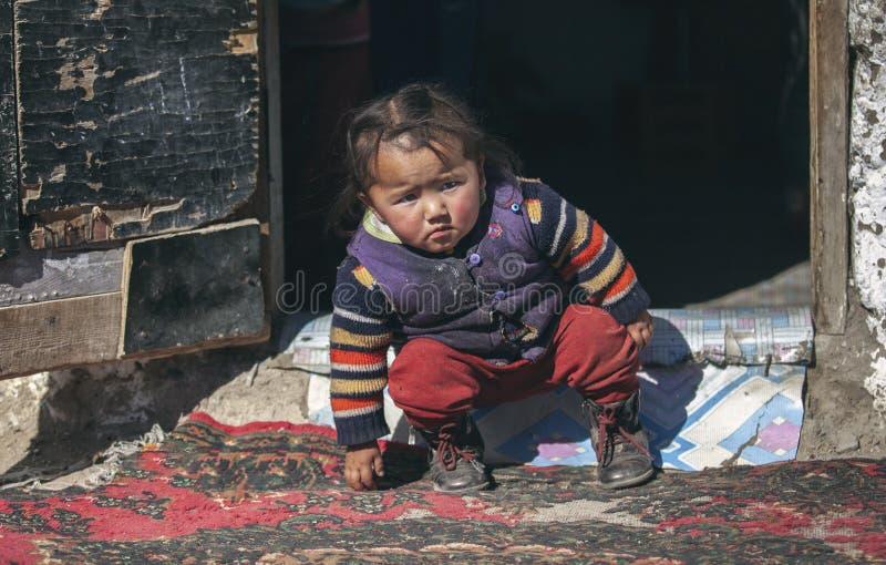Bambino mongolo della famiglia del nomade che gioca esterno fotografia stock