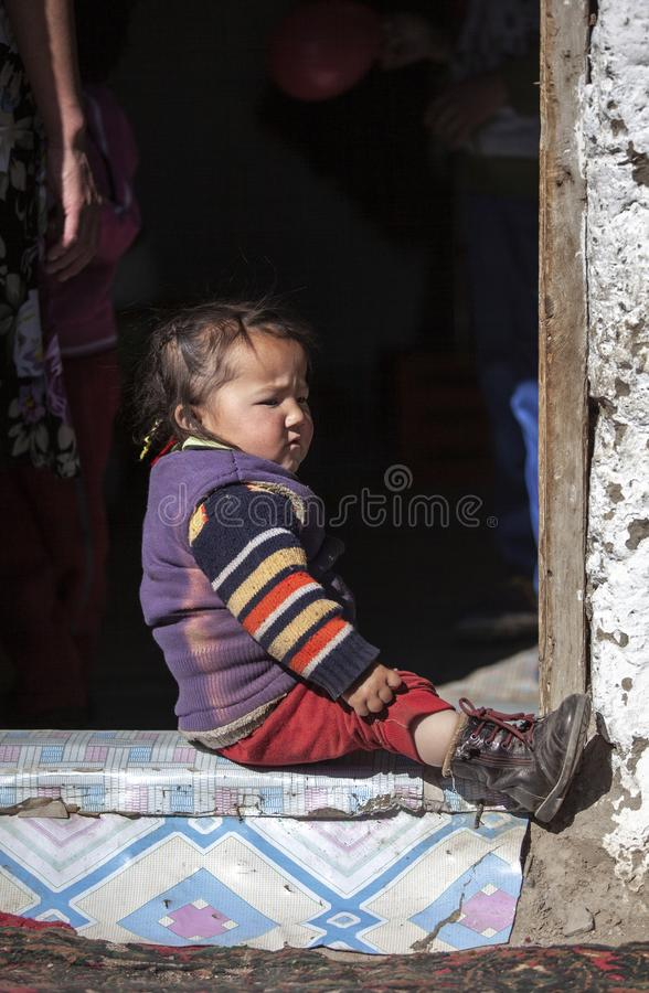 Bambino mongolo della famiglia del nomade che gioca esterno fotografie stock