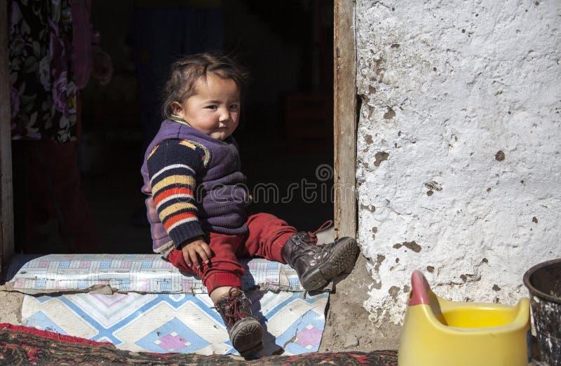 Bambino mongolo della famiglia del nomade che gioca esterno fotografia stock libera da diritti