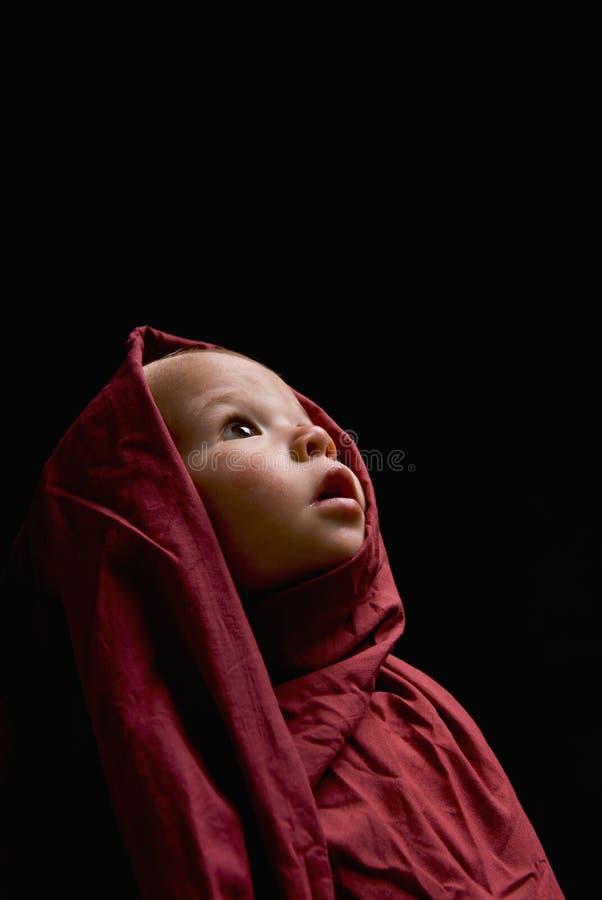 Bambino in mussola rossa immagini stock
