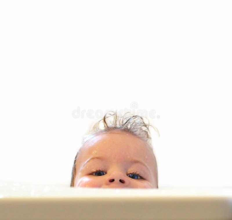 Bambino nel bagno fotografie stock libere da diritti
