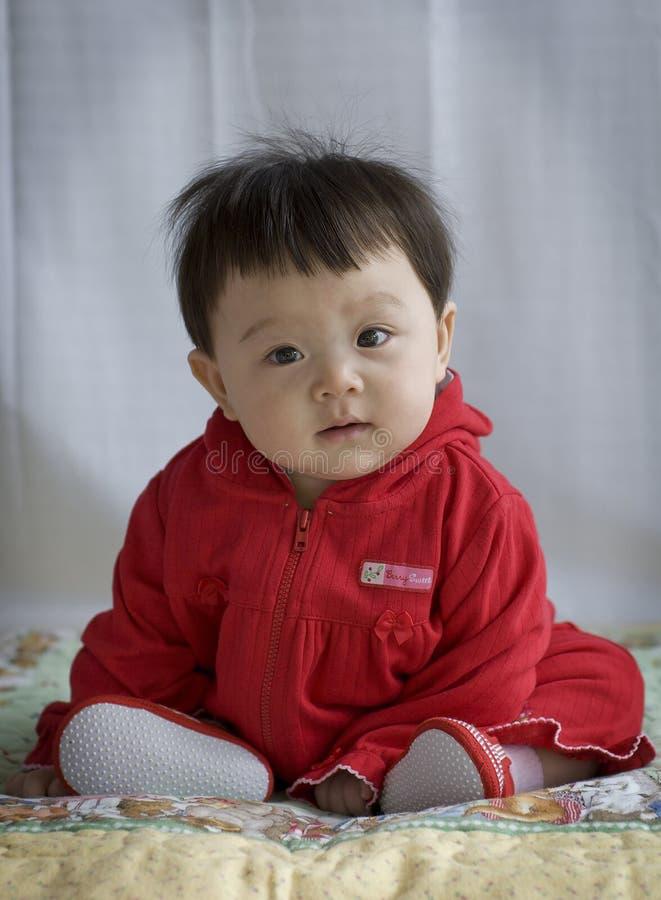 Bambino nel colore rosso immagini stock libere da diritti