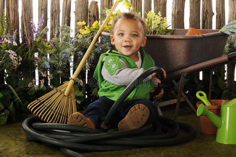 Bambino nel giardino fotografie stock