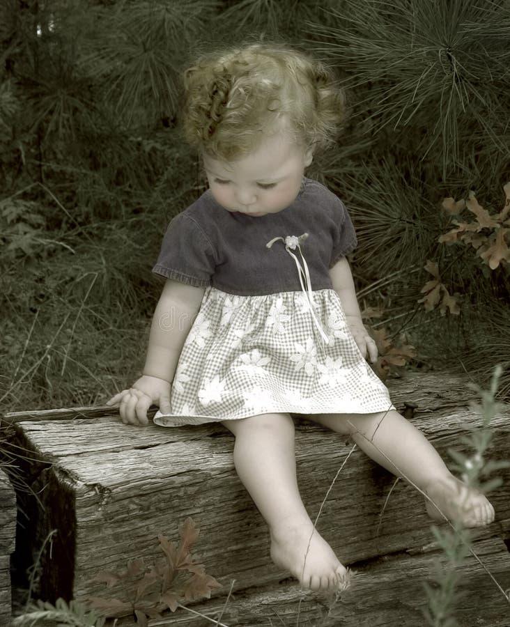 Bambino nel legno immagini stock