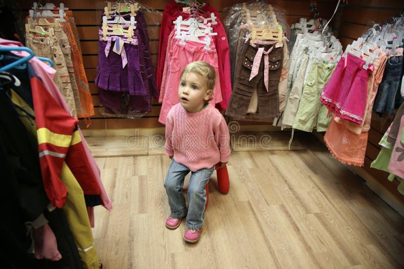 Bambino nel negozio di vestito fotografie stock libere da diritti