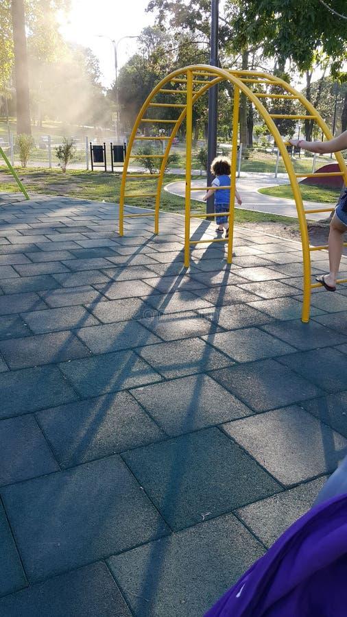 Bambino nel parco immagini stock
