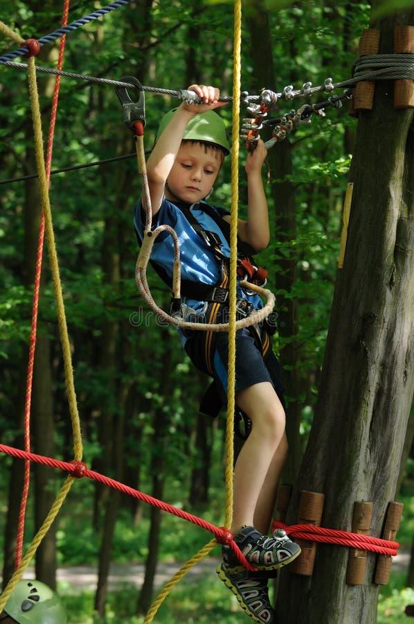 Bambino nel parco di avventura fotografie stock libere da diritti