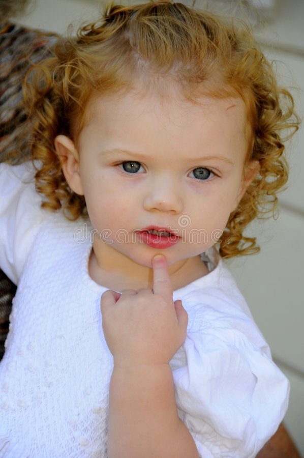 Bambino nel pensiero profondo immagini stock libere da diritti