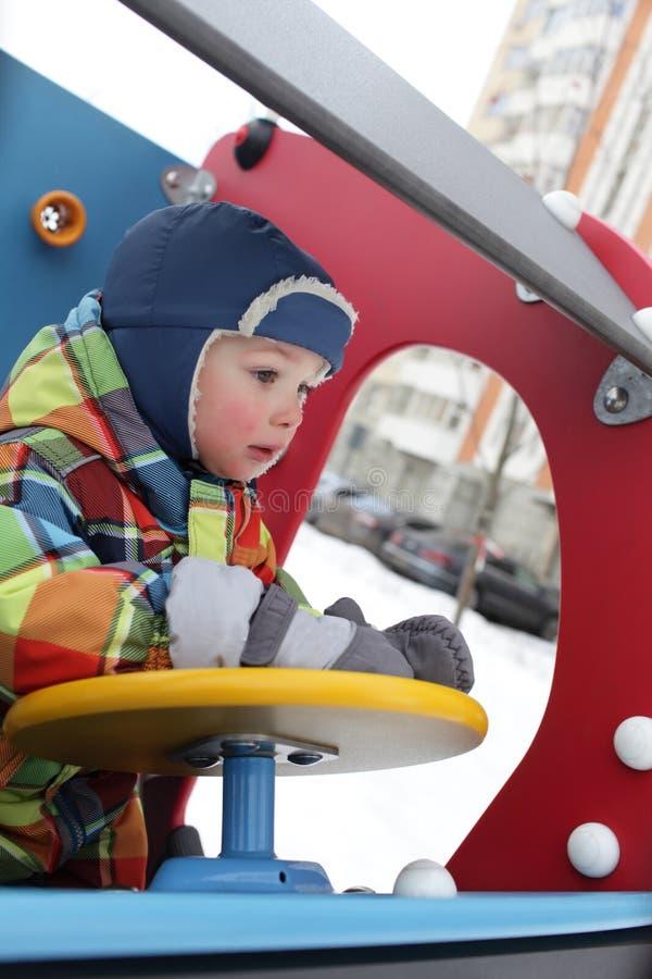 Bambino nell'automobile del giocattolo immagine stock