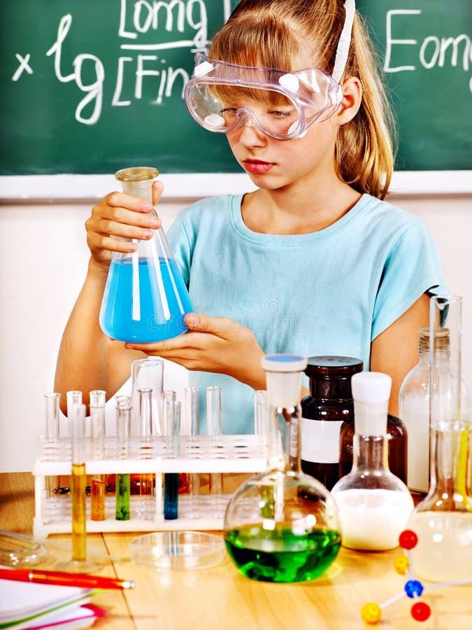 Bambino nella classe di chimica. fotografie stock libere da diritti