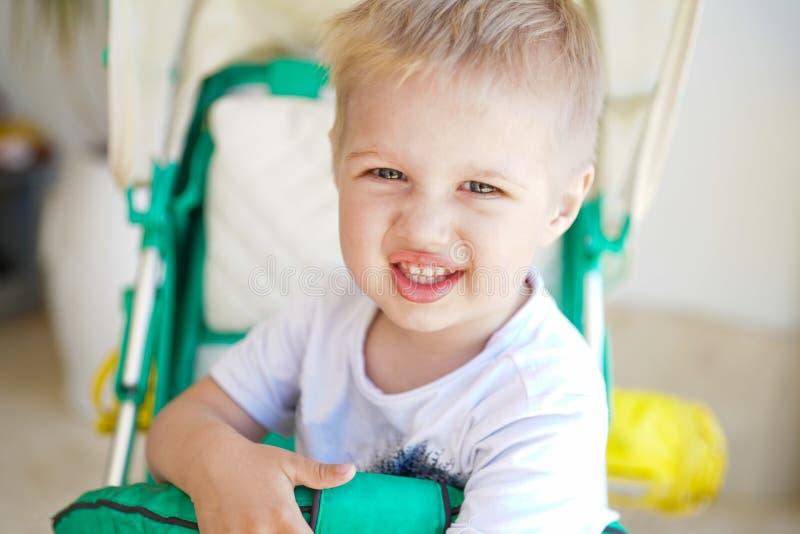 Bambino nella passeggiata del bambino immagini stock