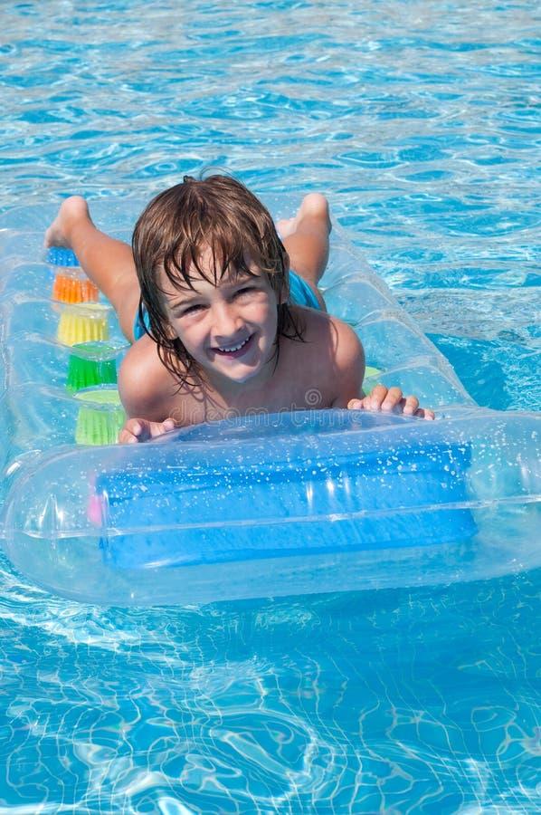 Bambino nella piscina fotografie stock