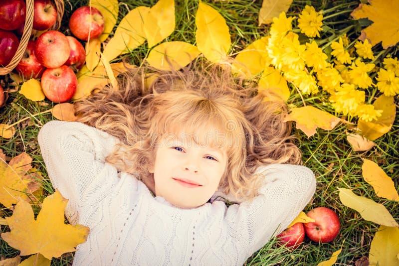 Bambino nella sosta di autunno immagine stock