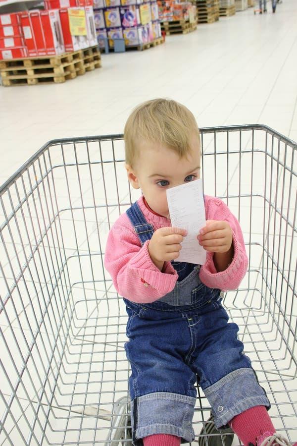 Bambino nello shopingcart fotografia stock