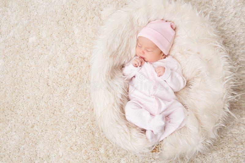 Bambino neonato addormentato, sonno neonato del bambino sul ritratto infantile bianco e bello dello studio fotografia stock libera da diritti