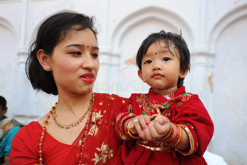 Bambino non identificato vestito come Kumari fotografia stock