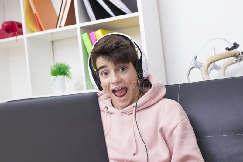 Bambino o adolescente con il computer fotografia stock libera da diritti