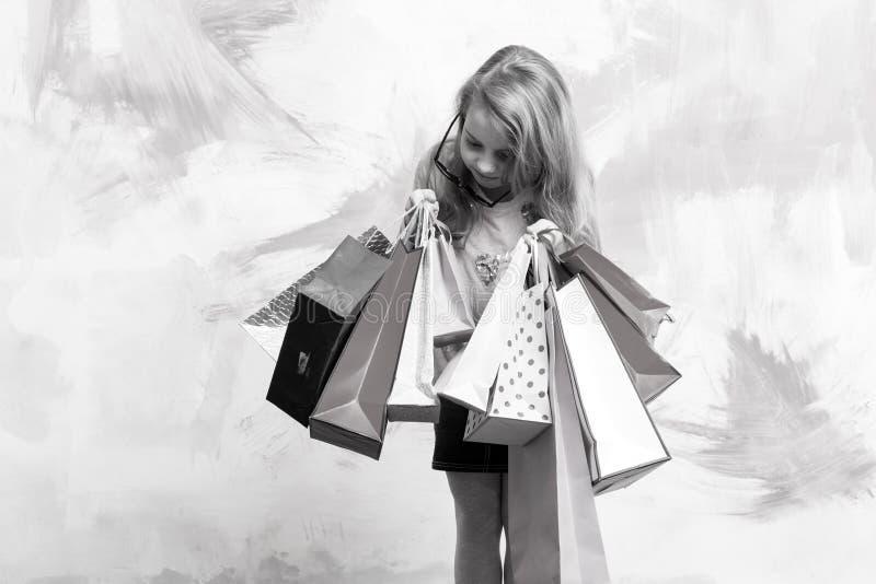 Bambino o piccola ragazza con il pacchetto del presente o del sacchetto della spesa immagini stock
