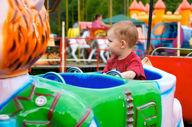 Bambino in parco di divertimenti immagine stock