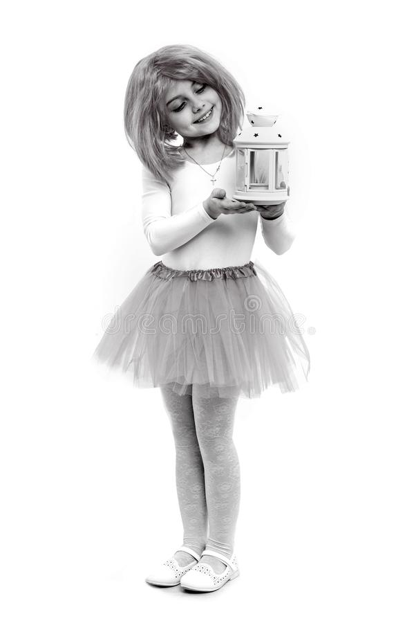 Bambino in parrucca con la lanterna isolata su fondo bianco immagini stock