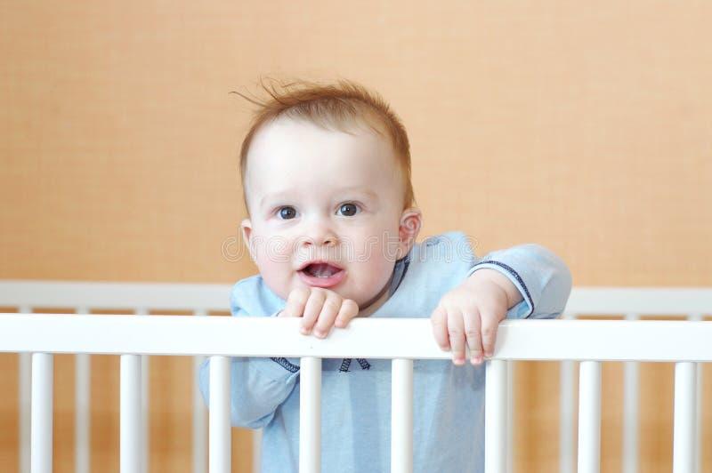 Bambino piacevole in letto bianco immagini stock libere da diritti