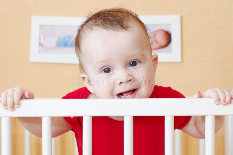 Bambino piacevole in letto bianco immagine stock