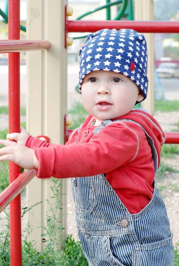 Bambino piacevole sul campo da giuoco fotografie stock