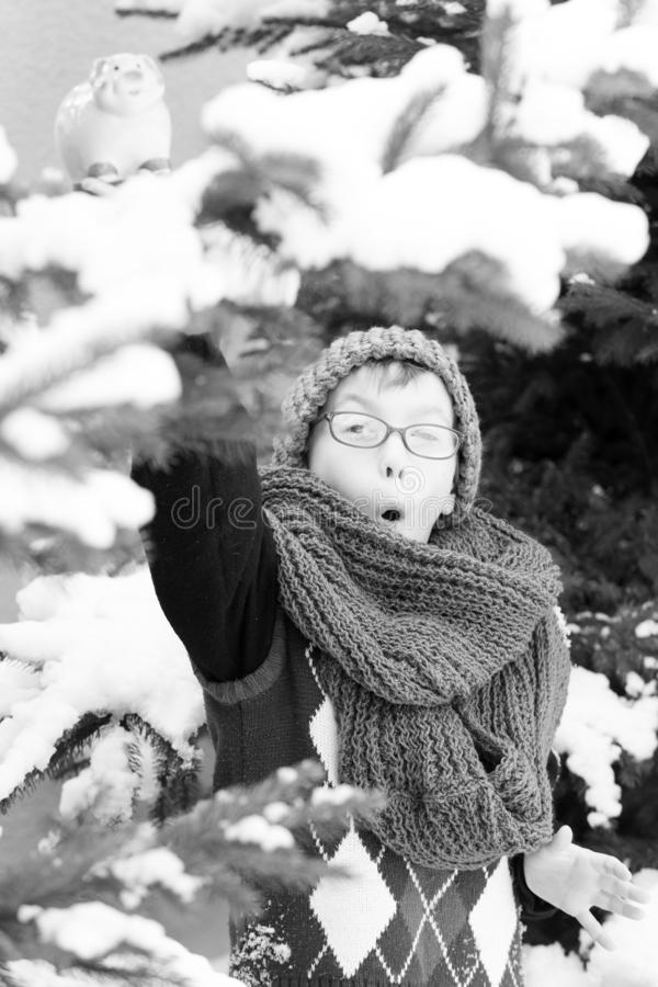 Bambino piccolo con il salvadanaio nell'inverno all'aperto fotografia stock