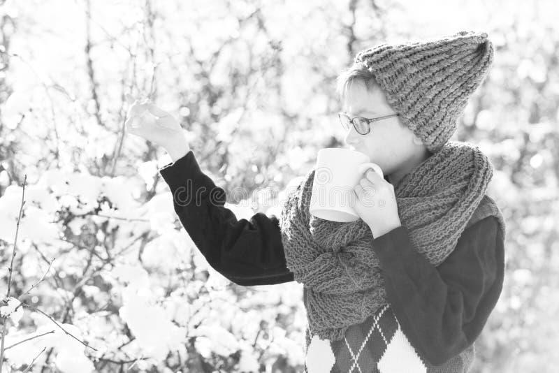 Bambino piccolo con la tazza nell'inverno all'aperto fotografia stock