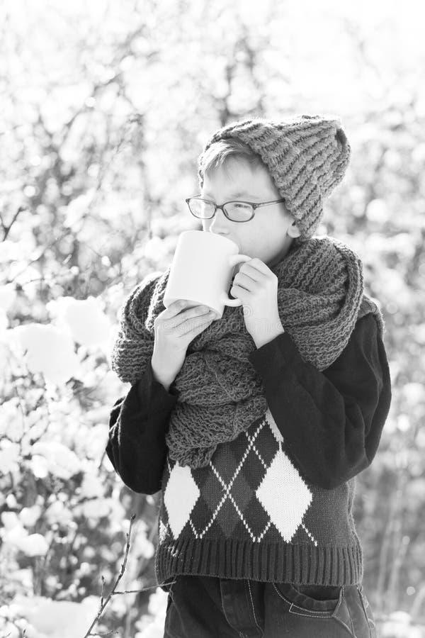 Bambino piccolo con la tazza nell'inverno all'aperto fotografie stock