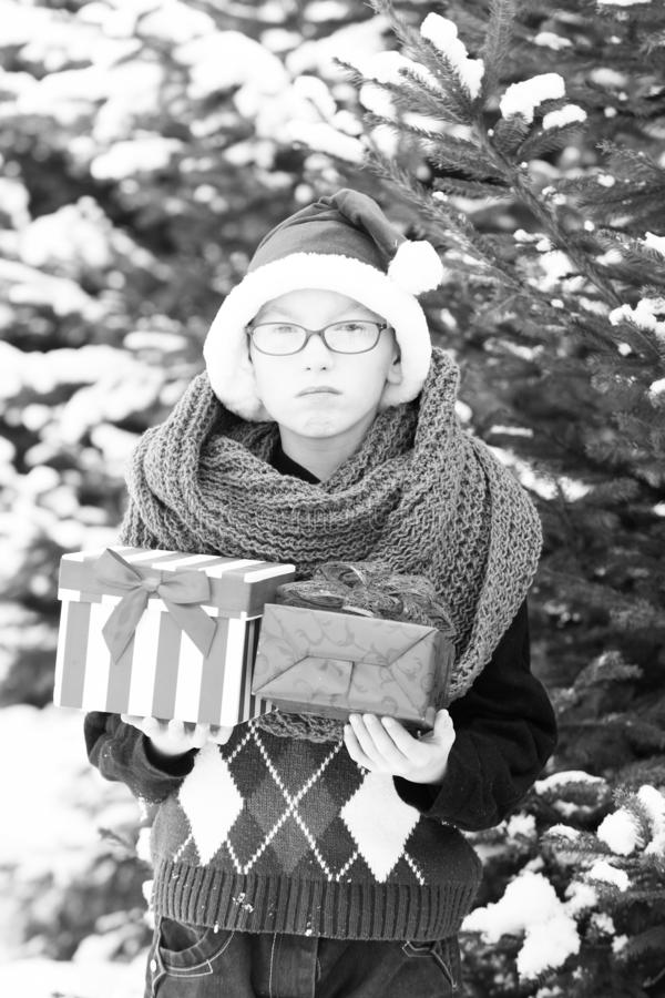 Bambino piccolo con le scatole attuali nell'inverno all'aperto fotografie stock