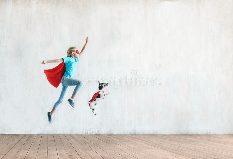 Bambino piccolo di salto con un cane fotografia stock