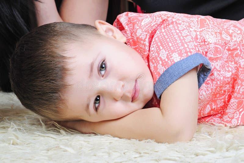 Bambino piccolo vicino all'albero di abete del nuovo anno fotografia stock