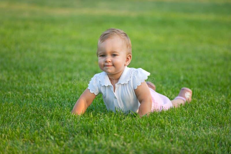 Bambino Plumpy sul prato immagine stock libera da diritti