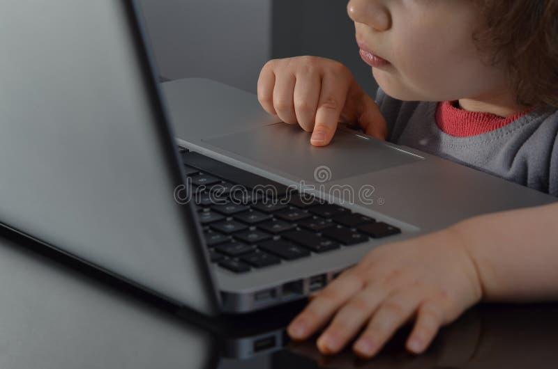 Bambino prescolare facendo uso del computer fotografia stock libera da diritti