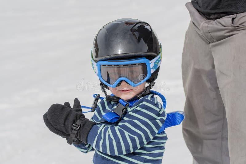 Bambino pronto a Ski Safely con il casco ed il cablaggio fotografia stock libera da diritti