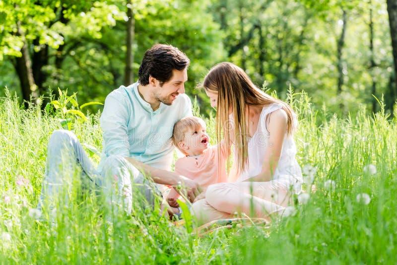 Bambino proteggente della famiglia che prende figlio nel mezzo immagini stock libere da diritti