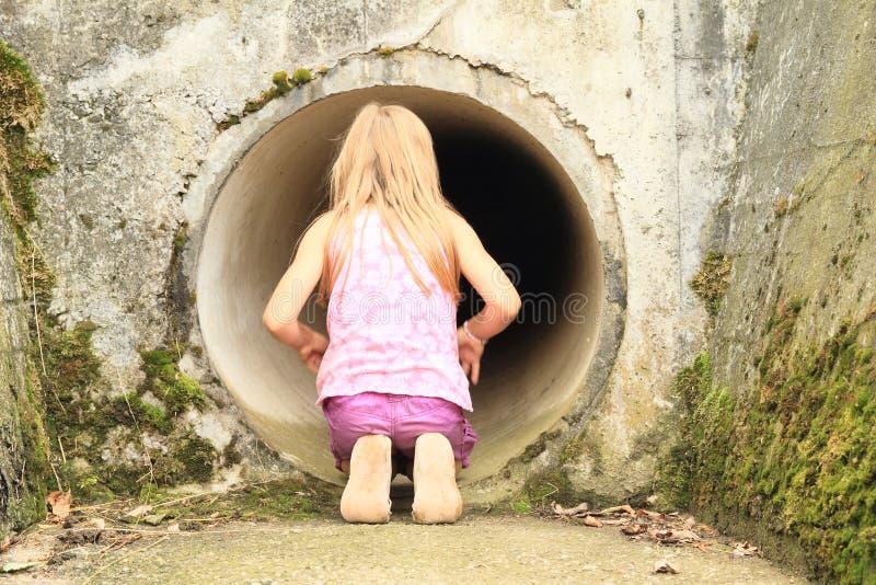 Bambino - ragazza che guarda nel chiusa-modo fotografie stock libere da diritti