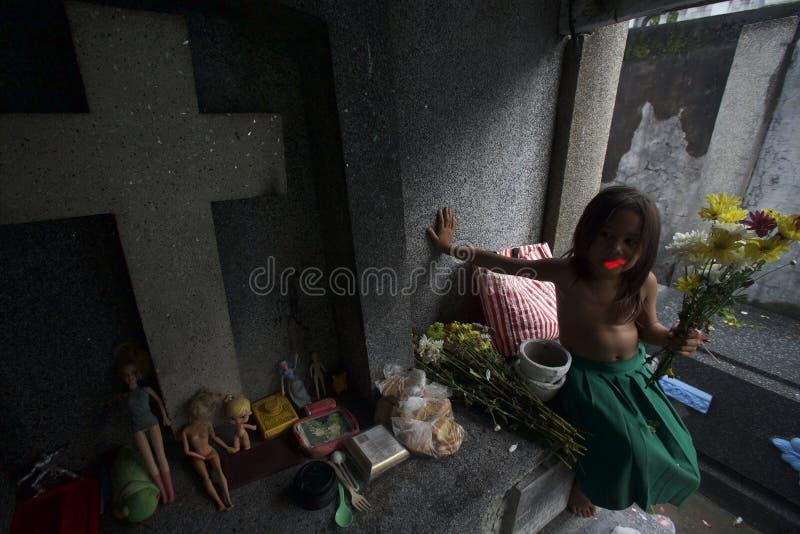 Bambino senza tetto al cimitero fotografie stock