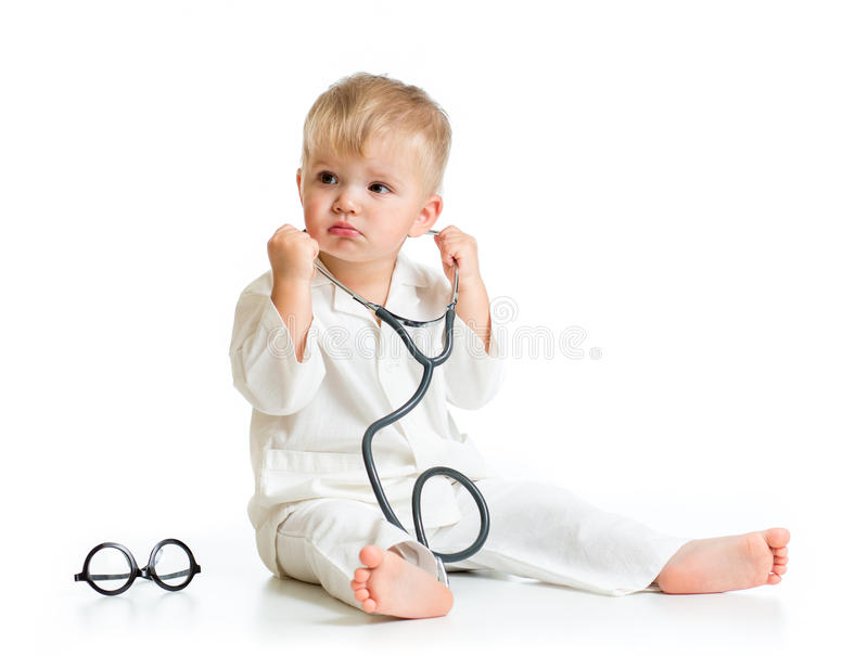 Bambino serio che gioca al dottore con lo stetoscopio immagine stock libera da diritti