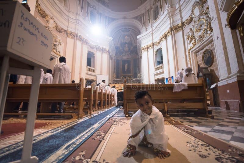 Bambino a servizio di Pasqua a La Valletta, Malta fotografia stock libera da diritti